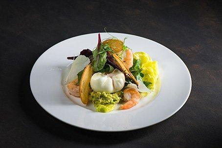 Зеленый салат с тигровыми креветками, яйцом пашот и пюре из авокадо