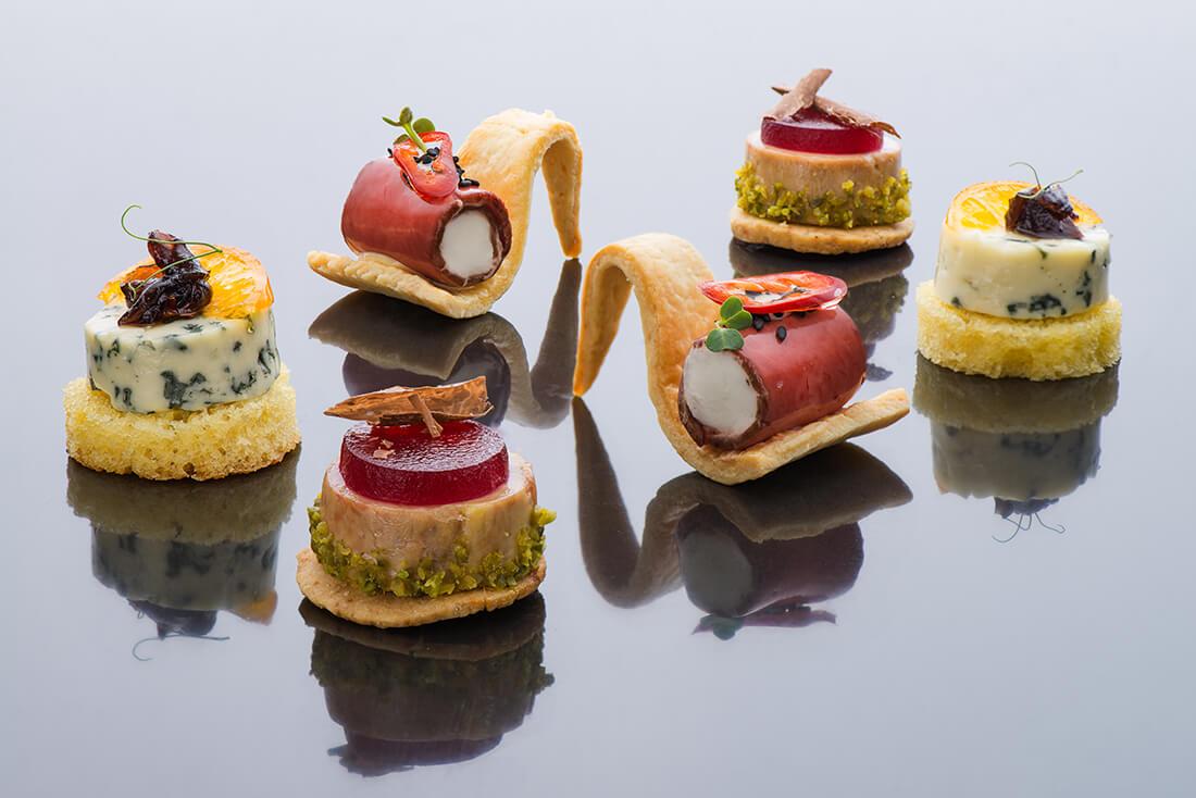 1)Горгонзола с карамелизированным абрикосом на бриоши 2)Паштет из фуа-гра с желе из красного вермута 3)Ростбиф на хрустящем крипсе