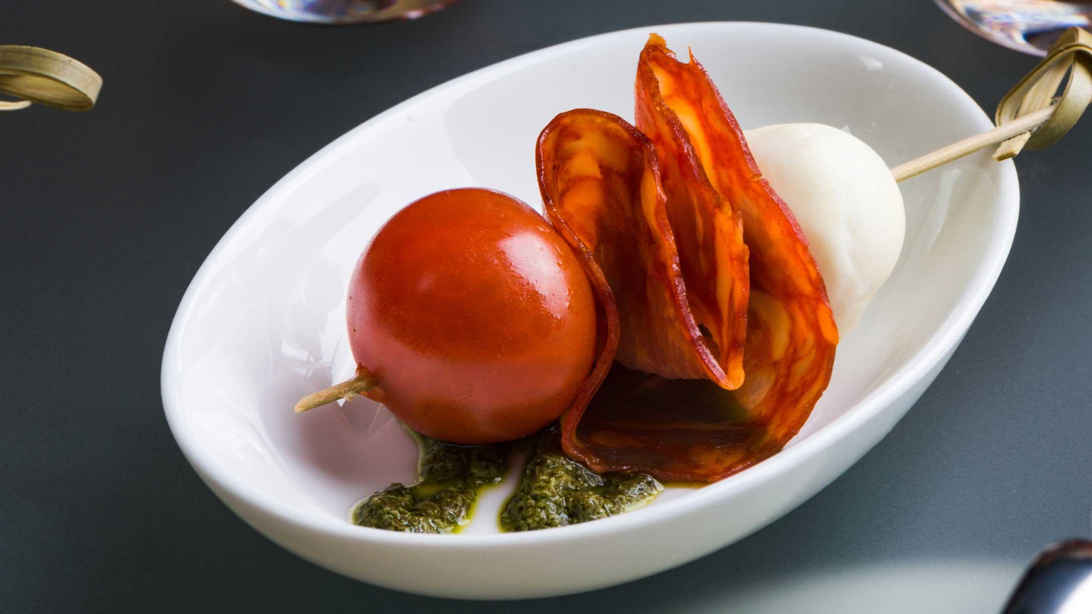 Канапе-с-ветчиной-Наполи,-вялеными-томатами-и-моцареллой