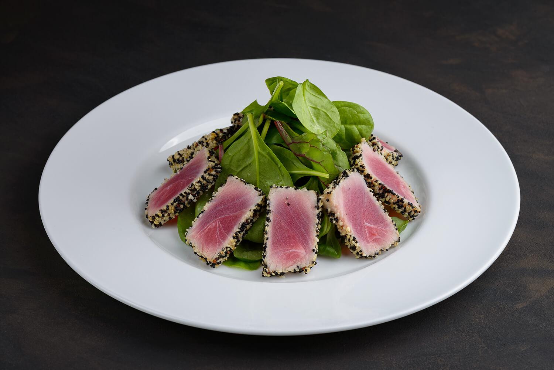 Салат из тунца с семенами чиа и беби шпинатом