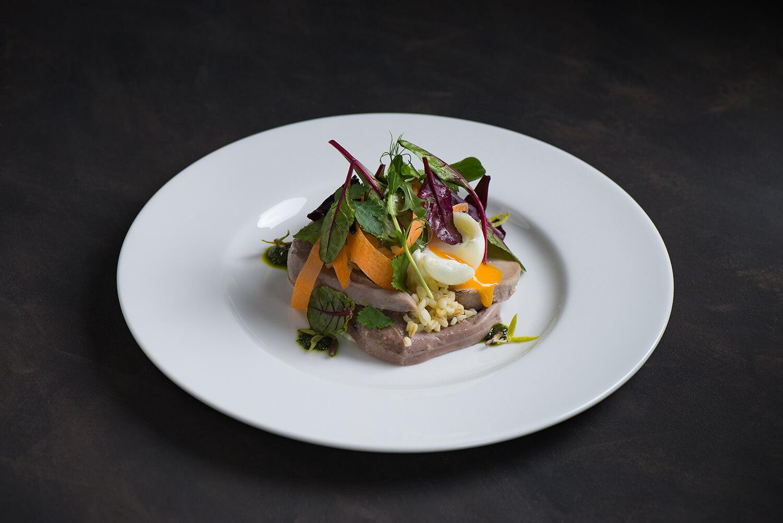 Салат из ягнячьих язычков с булгуром и яйцом пашот(1)