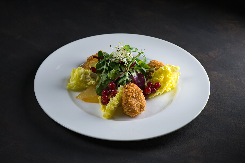 Салат с хрустящим сыром Бри, Рикоттой и грушей