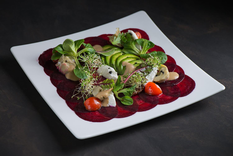 Салат со свеклой, авокадо, сыром Шевре и артишоками под имбирным соусом