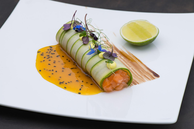 Тартар из лосося с маракуйевым соусом